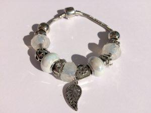 Charm karkötő ezüst-fehér színben